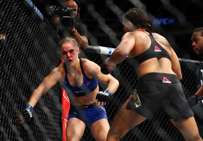 Gãy tay khi tham gia vật biểu diễn, cựu đả nữ số 1 UFC tính đến chuyện giải nghệ - Ảnh 2.