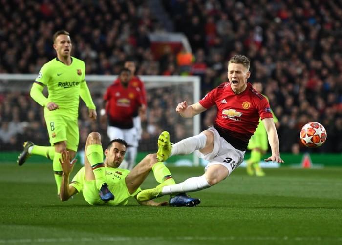 VAR làm ngơ, cầu thủ Barcelona may mắn thoát thẻ đỏ - Ảnh 1.