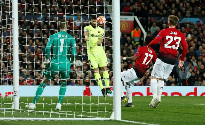 Messi chảy máu đầm đìa sau khi bị trung vệ MU gạt tay trúng mặt - Ảnh 6.