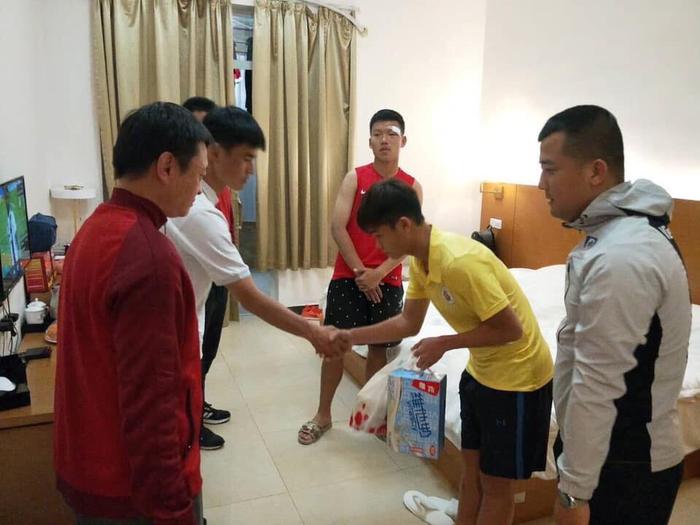 Cầu thủ U17 Hà Nội tới tận phòng xin lỗi đồng nghiệp sau tình huống đánh người tại giải giao hữu - Ảnh 2.