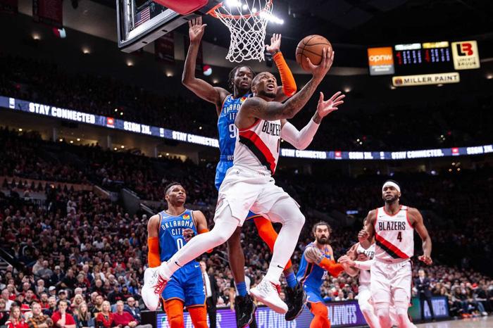 Russell Westbrook sánh ngang huyền thoại NBA trong ngày Thunder gục ngã tại Moda Center - Ảnh 3.