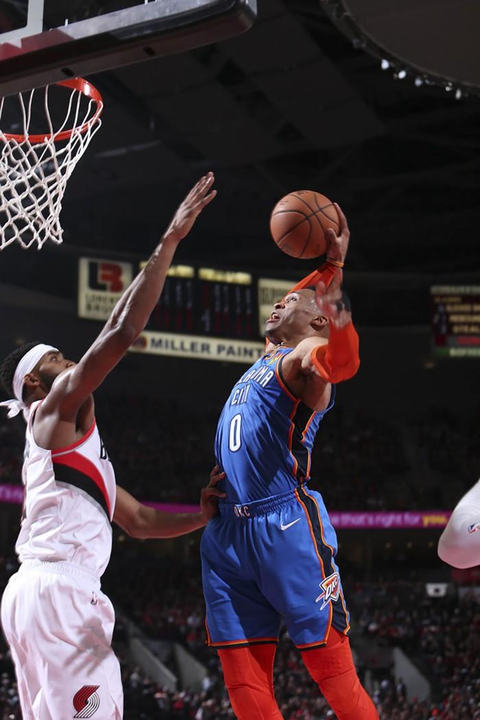 Russell Westbrook sánh ngang huyền thoại NBA trong ngày Thunder gục ngã tại Moda Center - Ảnh 1.
