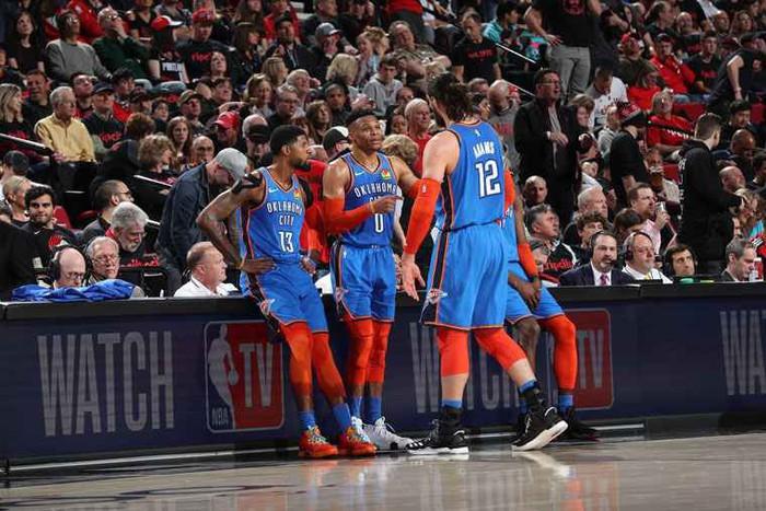 Russell Westbrook sánh ngang huyền thoại NBA trong ngày Thunder gục ngã tại Moda Center - Ảnh 4.