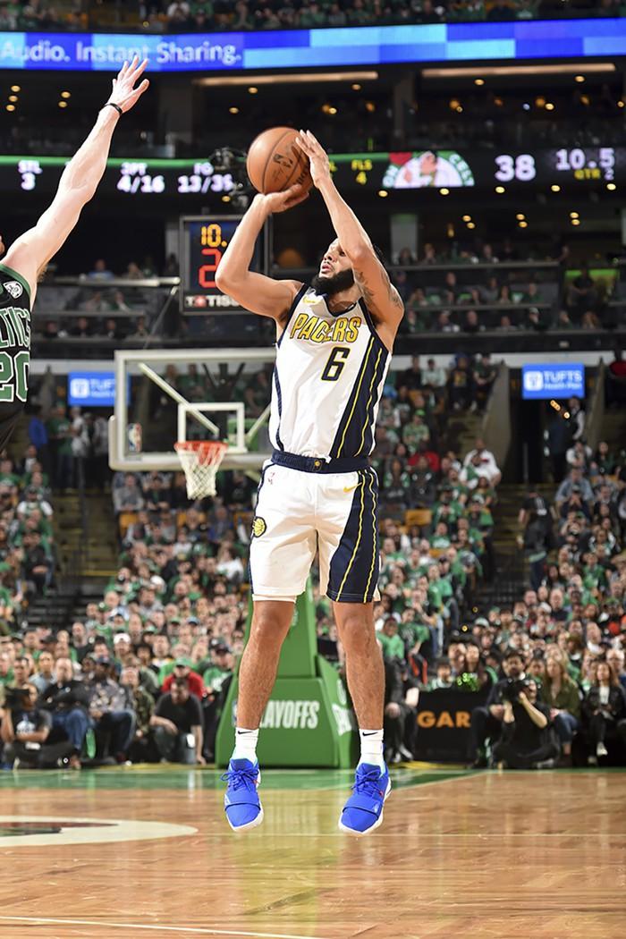 HLV Brad Stevens tưởng như lạc về những năm 80 sau chiến thắng nghèo nàn của Celtics trước Pacers - Ảnh 4.