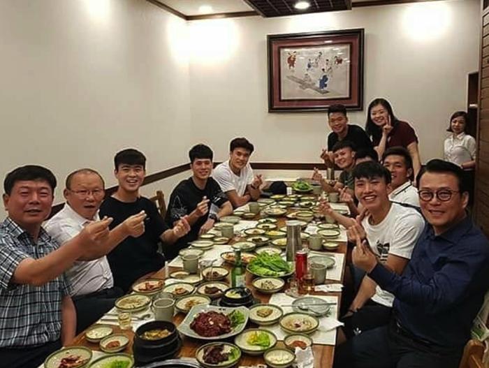 Thầy trò HLV Park Hang-seo thả tim cực đáng yêu khi hẹn hò cùng nhau - Ảnh 1.