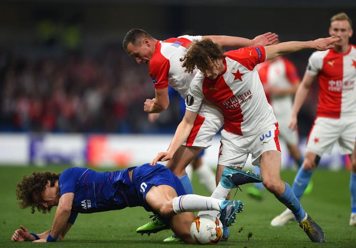 Hài hước hình ảnh David Luiz giả ra chúc mừng David Luiz thật sau chiến thắng của Chelsea tại Europa League - Ảnh 2.