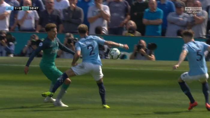 Nhờ Ngoại hạng Anh không có VAR, Man City thoát penalty hú vía trước đội bóng của Son Heung-min - Ảnh 1.
