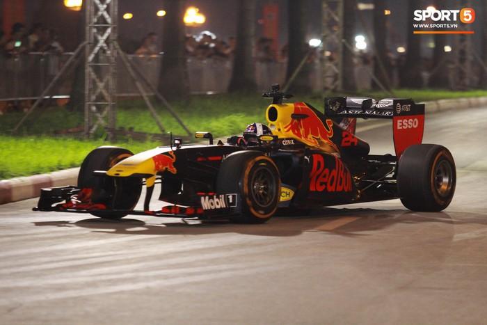 Muôn vàn cảm xúc của người dân Việt khi chứng kiến tận mắt những chiếc xe F1 ngay tại Hà Nội - Ảnh 1.