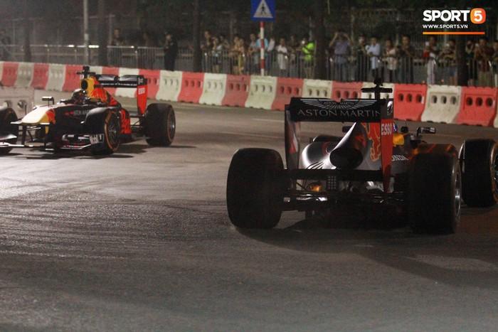 Muôn vàn cảm xúc của người dân Việt khi chứng kiến tận mắt những chiếc xe F1 ngay tại Hà Nội - Ảnh 7.