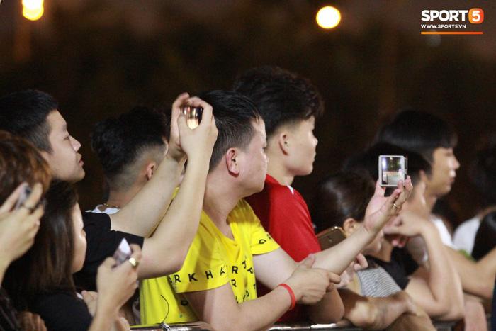 Muôn vàn cảm xúc của người dân Việt khi chứng kiến tận mắt những chiếc xe F1 ngay tại Hà Nội - Ảnh 8.