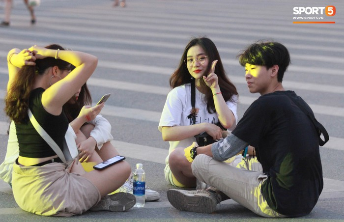 Muôn vàn cảm xúc của người dân Việt khi chứng kiến tận mắt những chiếc xe F1 ngay tại Hà Nội - Ảnh 4.