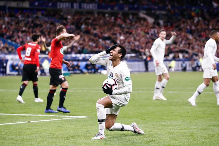 Cầu thủ đắt giá nhất thế giới Neymar nổi đóa, đấm CĐV không trượt phát nào sau khi bại trận tại chung kết cúp Quốc gia Pháp - Ảnh 1.