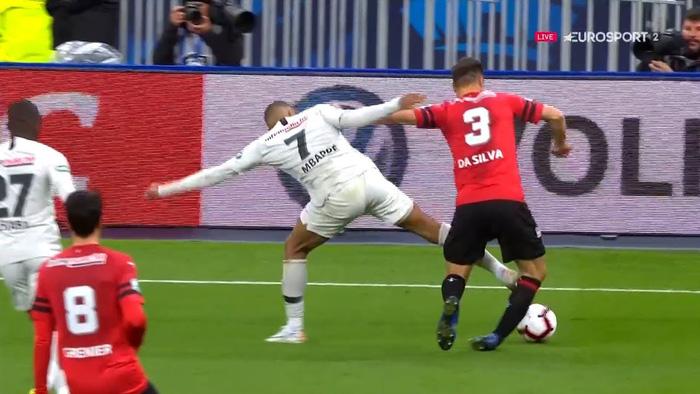 Truyền nhân Quả bóng vàng của Ronaldo và Messi đạp đối thủ ghê rợn, nhận thẻ đỏ ngay lập tức - Ảnh 3.