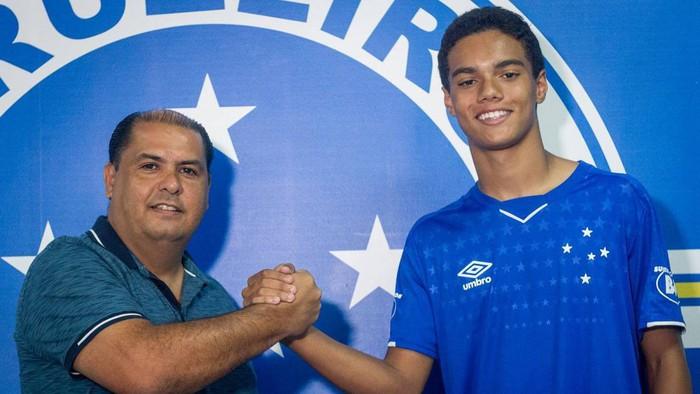 Con trai huyền thoại Ronaldinho ký hợp đồng chuyên nghiệp với Cruzeiro - Ảnh 1.