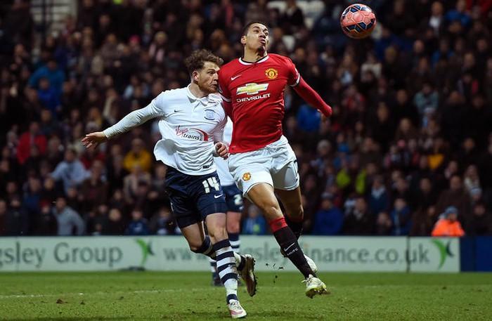 Chris Smalling luận bàn về cách trở thành hậu vệ đa năng bậc nhất Premier League - Ảnh 3.