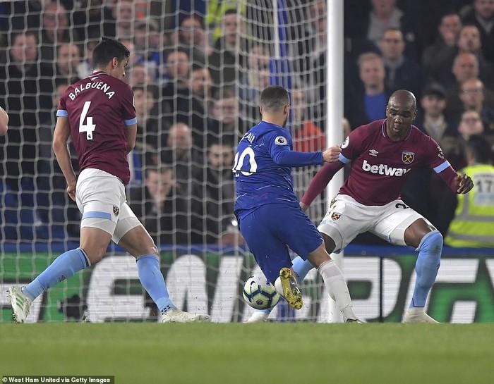 Hazard solo đi bóng ghi bàn đẹp mắt, Chelsea vươn lên vị trí thứ 3 Premier League - Ảnh 2.