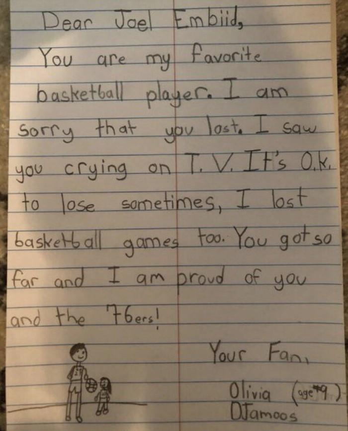 Đây là cách bé gái 9 tuổi dỗ dành Joel Embiid sau trận thua Toronto Raptors - Ảnh 3.