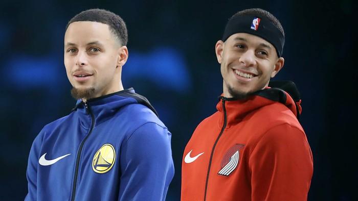 Bố mẹ nhà Curry cổ vũ hai con trai của mình theo cách có một không hai tại chung kết miền Tây - Ảnh 1.