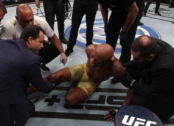 Huyền thoại MMA thoát cảnh giải nghệ sau chấn thương kinh hoàng gặp phải tại UFC 237 - Ảnh 2.