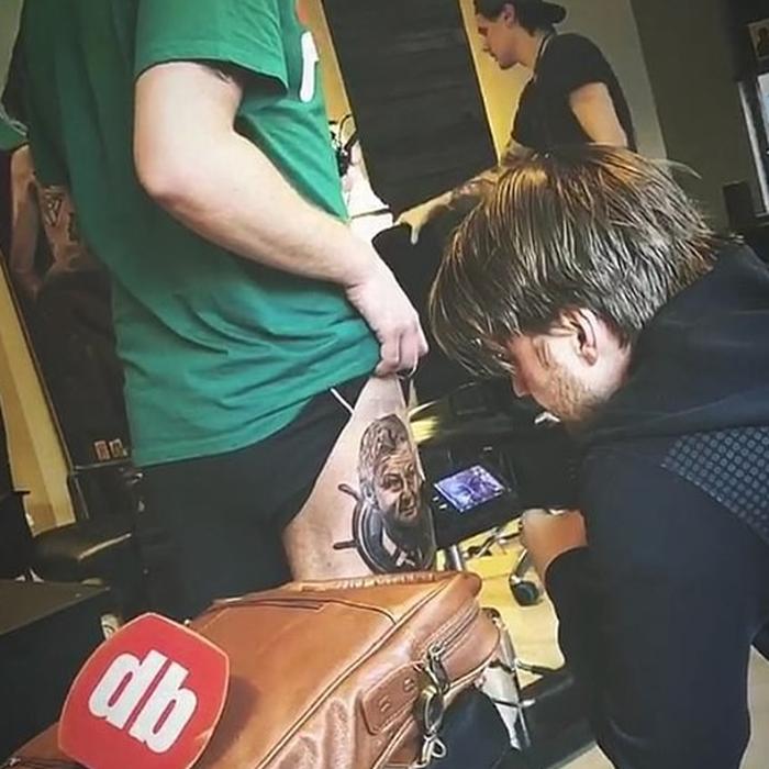 Fan cuồng Manchester United xăm hình Solskjaer để cầu may cho đội bóng - Ảnh 2.