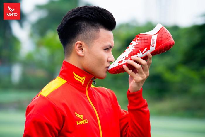 Việt Nam có dòng giày bóng đá mang tên Quang Hải - Ảnh 1.