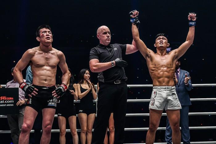 Giành đai vô địch sau thắng lợi đầy cảm xúc, thần đồng MMA châu Á chờ sẵn Martin Nguyễn - Ảnh 2.