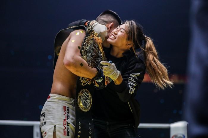 Giành đai vô địch sau thắng lợi đầy cảm xúc, thần đồng MMA châu Á chờ sẵn Martin Nguyễn - Ảnh 8.