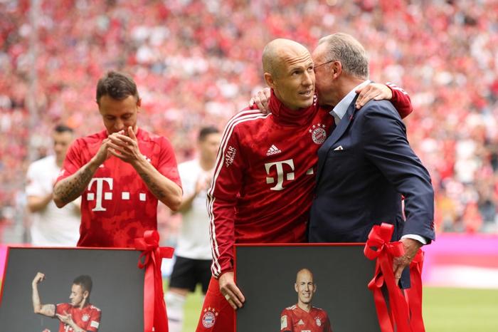 Khoảnh khắc cho thấy vẻ đẹp tuyệt vời của bóng đá: Hai huyền thoại của ông vua nước Đức xúc động nghẹn ngào, rơi lệ khi ghi bàn trong trận đấu cuối - Ảnh 1.