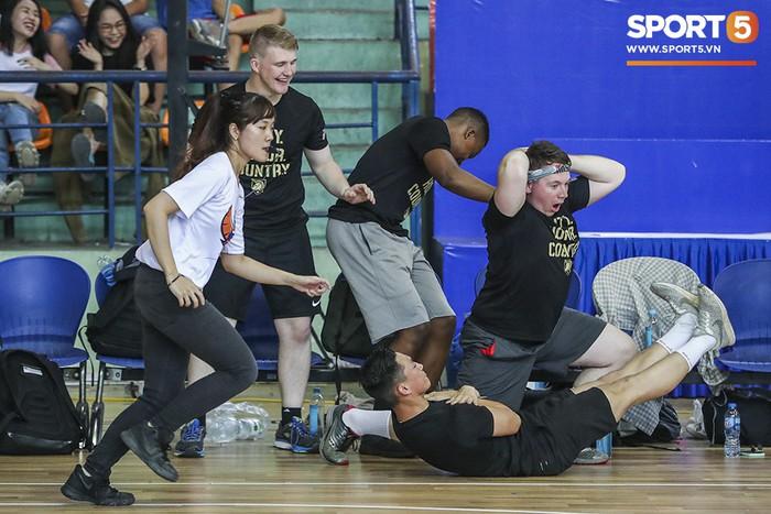 Hanoi Buffaloes vs US Military Academy: Trận đấu tràn đầy tiếng cười của những cầu thủ đặc biệt - Ảnh 6.
