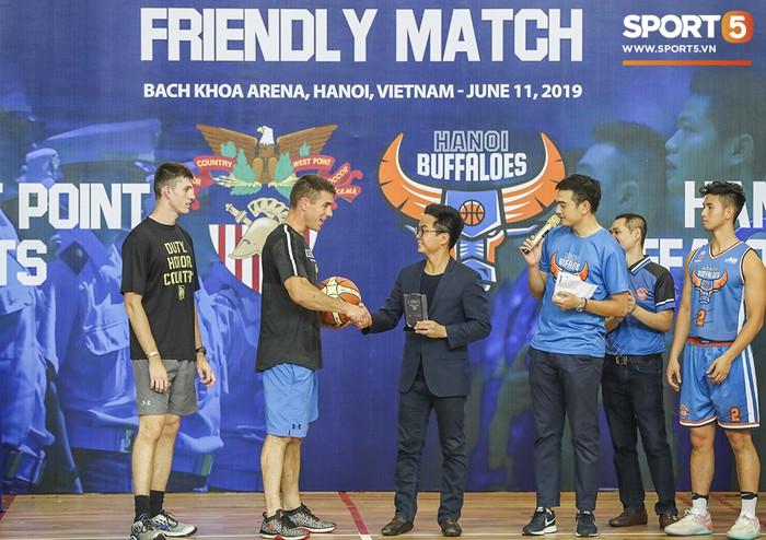 Hanoi Buffaloes vs US Military Academy: Trận đấu tràn đầy tiếng cười của những cầu thủ đặc biệt - Ảnh 1.