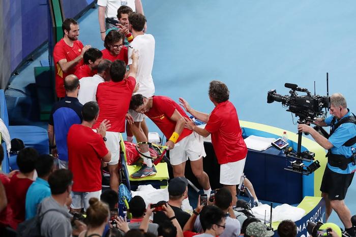 """Nadal """"thoát xác"""" hú vía từ tội đồ hóa người hùng, Tây Ban Nha nhọc nhằn vào bán kết ATP Cup - Ảnh 9."""
