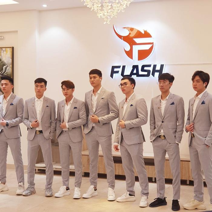 """Team Flash bảnh bao trong bộ vest lịch lãm nhưng fan """"nóng mắt"""" vì phát hiện Elly lạc loài - Ảnh 1."""