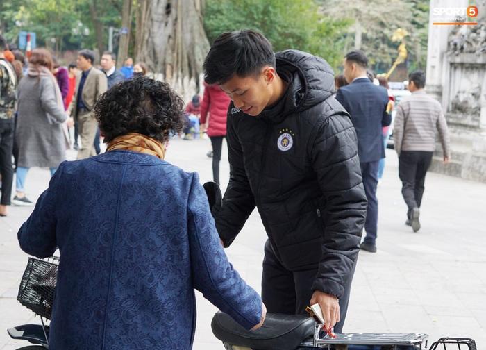 Dàn sao Hà Nội FC du xuân: Đình Trọng thích thú với món ăn đường phố, thủ môn trẻ có hành động đẹp với người dân - Ảnh 8.