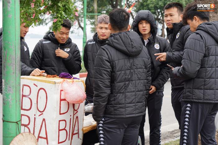 Dàn sao Hà Nội FC du xuân: Đình Trọng thích thú với món ăn đường phố, thủ môn trẻ có hành động đẹp với người dân - Ảnh 3.