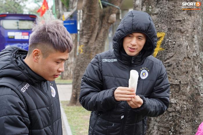 Dàn sao Hà Nội FC du xuân: Đình Trọng thích thú với món ăn đường phố, thủ môn trẻ có hành động đẹp với người dân - Ảnh 5.