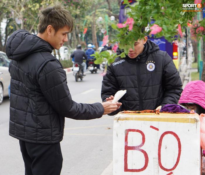 Dàn sao Hà Nội FC du xuân: Đình Trọng thích thú với món ăn đường phố, thủ môn trẻ có hành động đẹp với người dân - Ảnh 7.