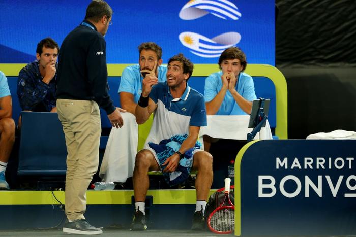 Trò hề tại ATP Cup: Bị cảnh cáo vì chơi thiếu nỗ lực, tay vợt giận dỗi bỏ cuộc và màn tấu hài khó đỡ sau đó - Ảnh 1.