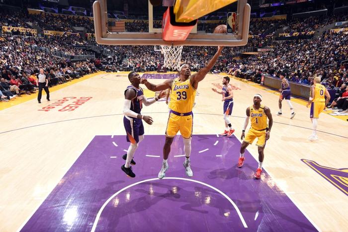 """Rajon Rondo hóa Stephen Curry, Los Angeles Lakers chứng tỏ """"đẳng cấp vượt trội"""" trước Phoenix Suns - Ảnh 2."""