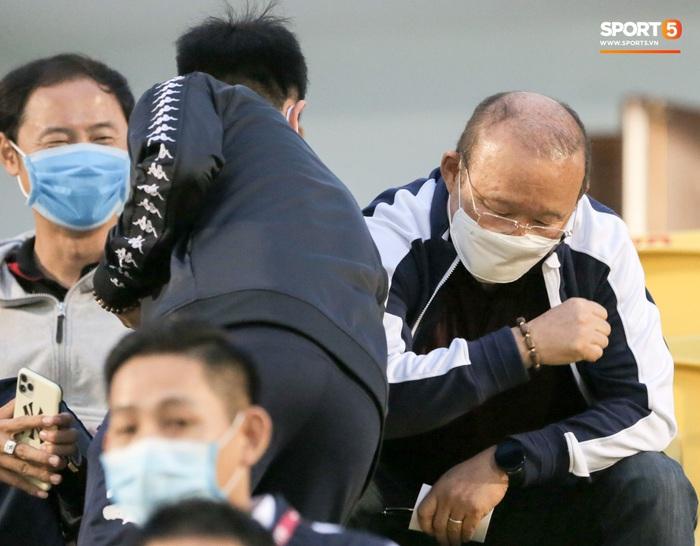 Thầy Park từ chối bắt tay Đình Trọng, thực hiện hành động đúng trend thời dịch Covid-19 - Ảnh 3.