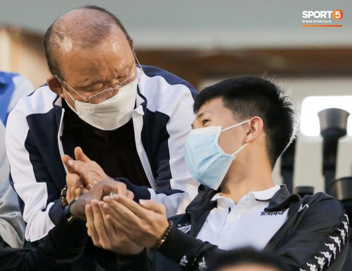 Thầy Park từ chối bắt tay Đình Trọng, thực hiện hành động đúng trend thời dịch Covid-19 - Ảnh 6.