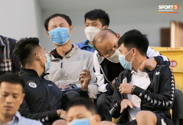 Thầy Park từ chối bắt tay Đình Trọng, thực hiện hành động đúng trend thời dịch Covid-19 - Ảnh 7.