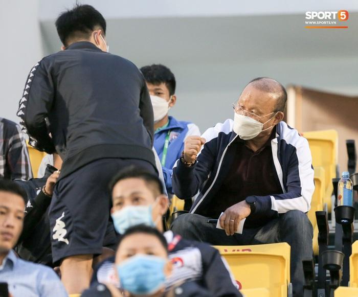 Thầy Park từ chối bắt tay Đình Trọng, thực hiện hành động đúng trend thời dịch Covid-19 - Ảnh 2.