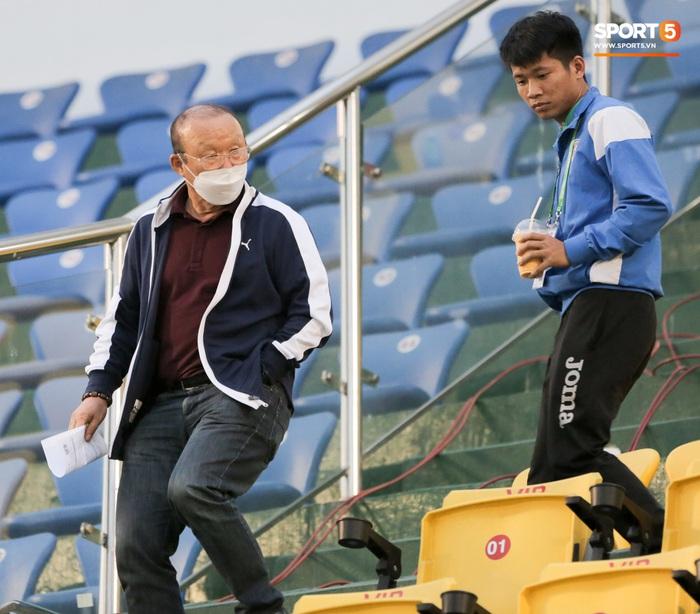 Thầy Park từ chối bắt tay Đình Trọng, thực hiện hành động đúng trend thời dịch Covid-19 - Ảnh 1.