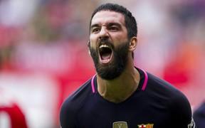 Sốc: Đấm vỡ mũi một ca sĩ, cựu sao Barca vác súng đến bệnh viện để... xin lỗi