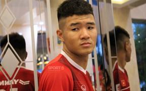 Các đồng đội vui vẻ còn Đức Chinh thì nhăn nhó vì đau bụng sau buổi tập của đội tuyển Việt Nam