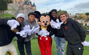 Dàn sao Pháp 'xin một vé về tuổi thơ', xúm lại chụp ảnh cùng chuột Mickey