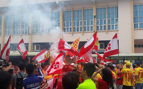 CĐV Hải Phòng đốt pháo sáng cổ vũ Nam Định trong ngày đá play-off tranh vé tham dự V.League 2019
