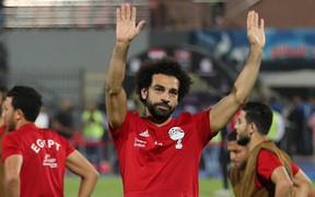 """""""Vua Ai Cập"""" Mo Salah ghi bàn thắng khó tin từ quả đá phạt góc"""