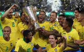 """Đánh bại """"kẻ thù không đội trời chung"""", Neymar cùng đồng đội giành cúp Siêu kinh điển Nam Mỹ"""