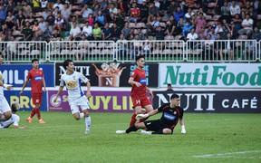 HLV HAGL tiếc nuối khi trọng tài cắt còi sớm khiến Văn Toàn mất bàn thắng